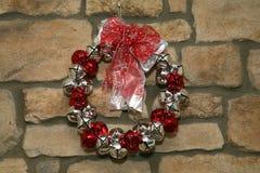 Guirnalda en la pared de piedra Imagen de archivo libre de regalías