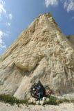 Guirnalda fúnebre en el pie de la roca fotos de archivo