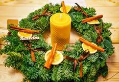 Guirnalda festiva con la vela en el mercado de la Navidad de Vilna Fotografía de archivo libre de regalías