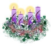 Guirnalda floral adornada del advenimiento con la quema de tres velas del advenimiento Imagenes de archivo