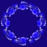 Guirnalda floral decorativa en tonos azules y blancos en un fondo azul marino imagen de archivo