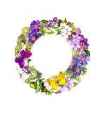 Guirnalda floral - el verano florece, hierba salvaje, mariposas de la primavera watercolor Fotos de archivo