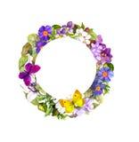 Guirnalda floral - flores del prado, hierba salvaje y mariposas de la primavera Fotografía de archivo libre de regalías