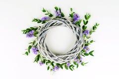 Guirnalda hecha de círculo de mimbre, las ramas del eucalipto y flores púrpuras fotografía de archivo