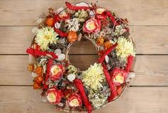 Guirnalda hecha de flores artificiales Fotografía de archivo