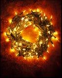 Guirnalda hecha de luces de la Navidad. Foto de archivo libre de regalías