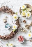 Guirnalda hecha en casa con las flores y los accesorios para la creatividad en un fondo ligero, visión superior de los artes Foto de archivo libre de regalías