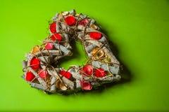 Guirnalda hecha a mano de madera en una forma del corazón Fotos de archivo libres de regalías
