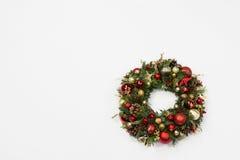 Guirnalda hecha a mano fresca de la Navidad adornada con rojo y decoraciones de la Navidad del oro, abeto-conos y nueces Imágenes de archivo libres de regalías