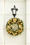 Guirnalda de la Navidad en la linterna en la pared blanca. Imagen de archivo libre de regalías