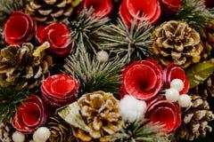 Guirnalda hermosa de la Navidad con los conos del pino Fotografía de archivo libre de regalías