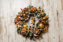 Guirnalda hermosa de la Navidad hecha de árbol de abeto y adornada en tonos de oro Fotos de archivo libres de regalías