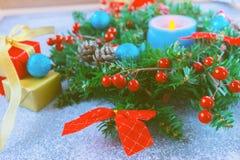 Guirnalda hermosa de la Navidad, vela azul, bayas Imagen de archivo