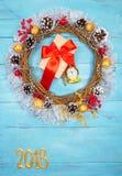 Guirnalda hermosa en una tabla de madera, decoración de la Navidad del Año Nuevo, Foto de archivo