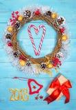 Guirnalda hermosa en una tabla de madera, decoración de la Navidad del Año Nuevo, Imagen de archivo libre de regalías