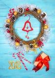 Guirnalda hermosa en una tabla de madera, decoración de la Navidad del Año Nuevo, Imágenes de archivo libres de regalías