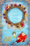 Guirnalda hermosa en una tabla de madera, decoración de la Navidad del Año Nuevo, Fotos de archivo