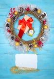 Guirnalda hermosa en una tabla de madera, decoración de la Navidad del Año Nuevo, Imagen de archivo