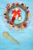 Guirnalda hermosa en una tabla de madera, decoración de la Navidad del Año Nuevo, Imagenes de archivo