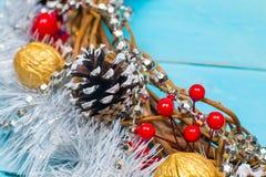 Guirnalda hermosa en una tabla de madera, decoración de la Navidad del Año Nuevo, Fotos de archivo libres de regalías