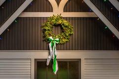 Guirnalda imperecedera natural de la Navidad en lado del edificio viejo fotos de archivo