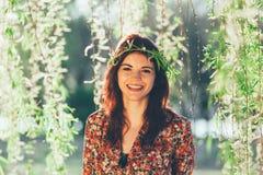 Guirnalda magnífica joven de las ramas del wioth de la mujer Foto de archivo libre de regalías