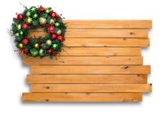 Guirnalda natural colorida de la Navidad del pino en cedro Foto de archivo libre de regalías