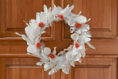 Guirnalda natural de Pascua en la puerta fotos de archivo