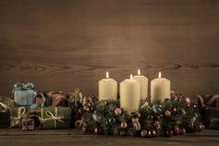 Guirnalda o corona del advenimiento con los regalos de la Navidad para un vale Imagen de archivo libre de regalías