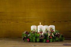 Guirnalda o corona natural del advenimiento con una vela blanca ardiente Fotos de archivo libres de regalías