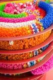 Guirnalda plástica en templo tailandés Imagenes de archivo