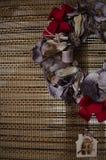 Guirnalda rústica de la Navidad con las decoraciones Fotos de archivo