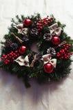 Guirnalda redonda de la Navidad con las chucherías y las bayas rojas Fotos de archivo