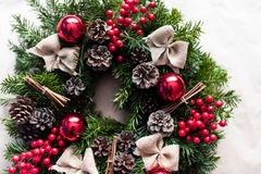 Guirnalda redonda de la Navidad con las chucherías y las bayas rojas Foto de archivo libre de regalías