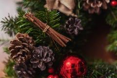 Guirnalda redonda de la Navidad con las chucherías y las bayas rojas Imagenes de archivo