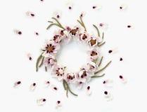 Guirnalda redonda floral de la corona con las flores y las hojas Fotografía de archivo