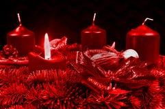 Guirnalda roja del advenimiento con las velas ardientes Fotos de archivo