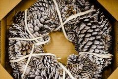 Guirnalda rústica hermosa de los conos del pino de la Navidad Fotos de archivo libres de regalías