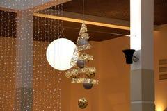 Guirnalda suspendida del LED en centro comercial Fotografía de archivo libre de regalías