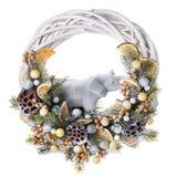 Guirnalda tradicional de la Navidad aislada en blanco Decoraciones por Año Nuevo, decoraciones de la Navidad del día de fiesta Imágenes de archivo libres de regalías