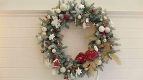 Guirnalda verde de la Navidad adornada con las bolas almacen de video