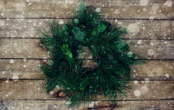 Guirnalda verde de la Navidad del abeto en fondo de madera Imagen de archivo libre de regalías