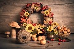 Guirnalda y aún vida del otoño con la calabaza y las cebollas en la madera Fotos de archivo libres de regalías