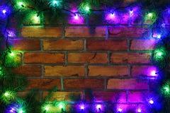 Guirnalda y guirnaldas de bombillas coloreadas Fondo de la Navidad con las luces y el espacio del texto libre Frontera de las luc Fotografía de archivo libre de regalías