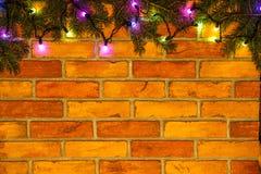 Guirnalda y guirnaldas de bombillas coloreadas Fondo de la Navidad con las luces y el espacio del texto libre Frontera de las luc Imagenes de archivo