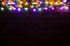 Guirnalda y guirnaldas de bombillas coloreadas Fondo de la Navidad con las luces y el espacio del texto libre Frontera de las luc Fotos de archivo
