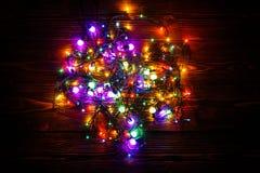 Guirnalda y guirnaldas de bombillas coloreadas Fondo de la Navidad con las luces y el espacio del texto libre Frontera de las luc Foto de archivo
