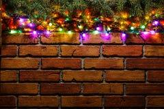 Guirnalda y guirnaldas de bombillas coloreadas Fondo de la Navidad con las luces y el espacio del texto libre Frontera de las luc Fotos de archivo libres de regalías
