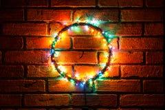 Guirnalda y guirnaldas de bombillas coloreadas Fondo de la Navidad con las luces y el espacio del texto libre Frontera de las luc Imágenes de archivo libres de regalías
