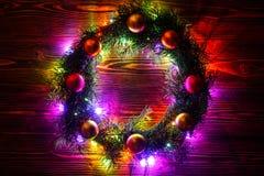 Guirnalda y guirnaldas de bombillas coloreadas Fondo de la Navidad con las luces y el espacio del texto libre Frontera de las luc Imagen de archivo